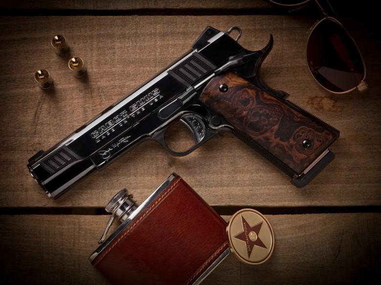 Аваков подарил Порошенко пистолет за 10 тыс. долларов