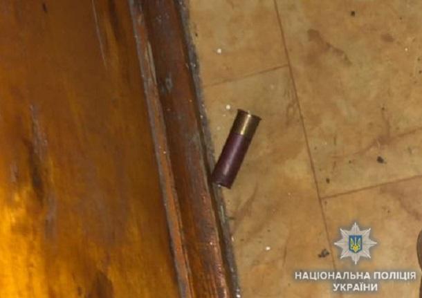 Одессит открыл стрельбу по прохожим и автомобилям из окна своей квартиры