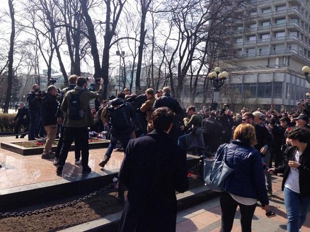 Радикалы вКиеве распылили газ иподрались сохраной народного депутата Бойко