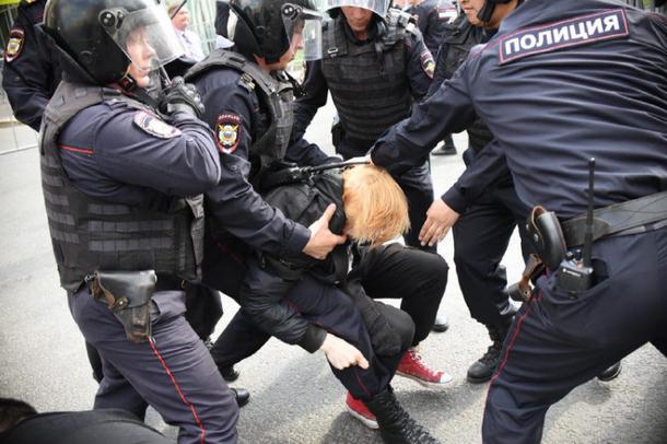 В центре Москвы Путина называли вором и требовали, чтобы он ушел (Видео)