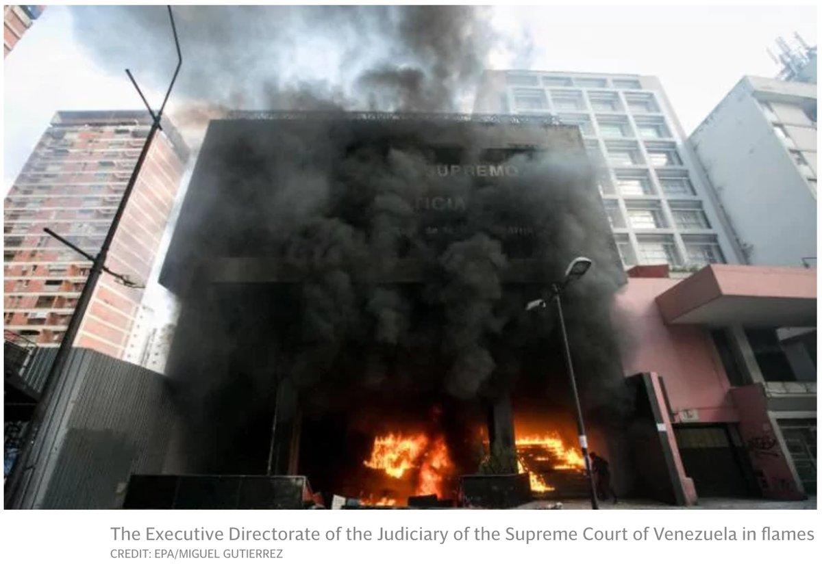 Протестующие в Венесуэле подожгли здание Верховного суда: видео