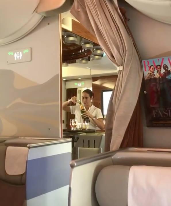 Стюардессу, сливавшую недопитое шампанское вбутылку, сняли навидео