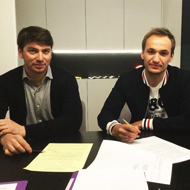 Український футболіст підписав контракт з відомим європейським клубом: опубліковано фото