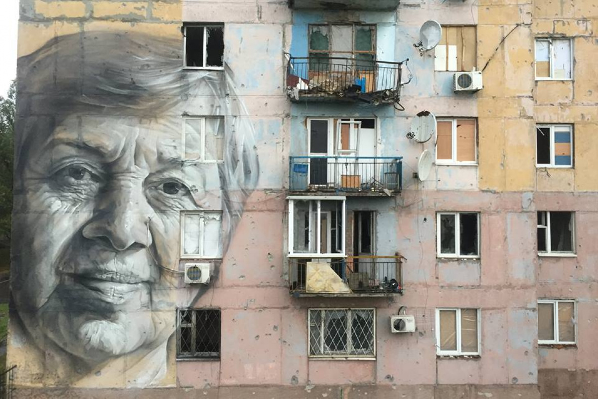 Гео Лерос нарисовал портрет учительницы наразрушенном доме вАвдеевке