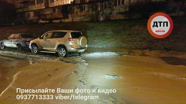 ВКиеве из-за прорыва трубы затопило улицу Борщаговская