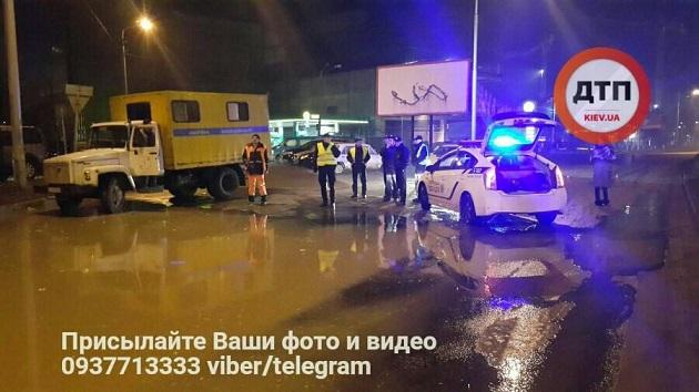 Наулице Борщаговской вКиеве произошел прорыв водопровода