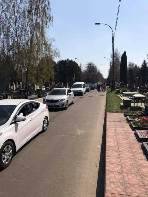 """""""Герої паркування"""" на кладовищах у поминальні дні розлютили киян"""
