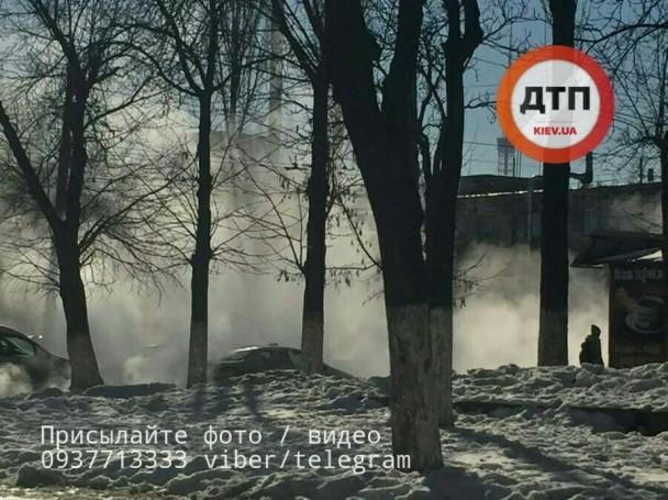 Накиевском Подоле прорвало трубу— машины ездят прямо покипятку