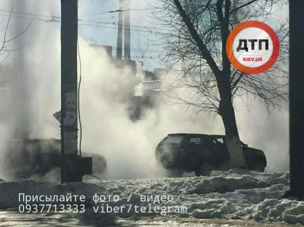 ВКиеве случилось крупное коммунальноеЧП: появилось видео, как улицы затопило кипятком