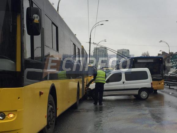 ВКиеве нетрезвый шофёр врезался вмаршрутку