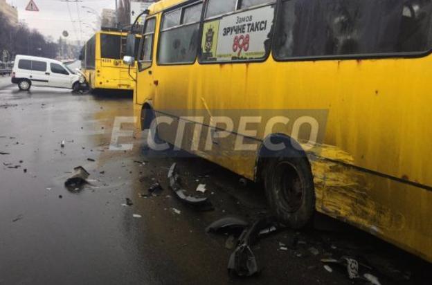 ВКиеве нетрезвый шофёр протаранил маршрутку, БМВ итроллейбус