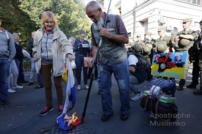 Активисты сожгли флаг РФ перед еепосольством вКиеве