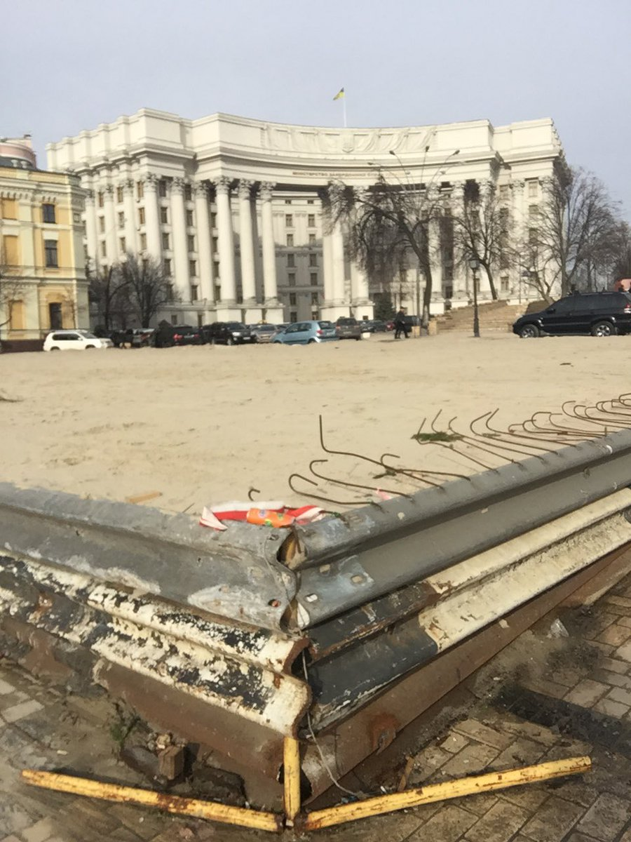 Під будівлею МЗС утворилася пустеля  - фото 1