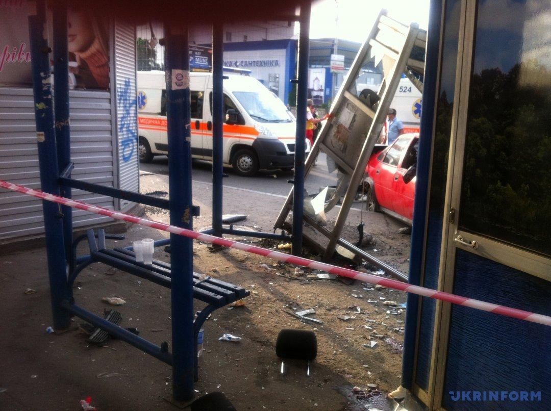 ДТП вКиеве: машина влетела востановку наМосковском проспекте, есть погибшие