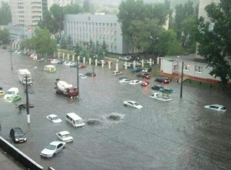 ВОдессе ливень затопил улицы, город стоит впробках