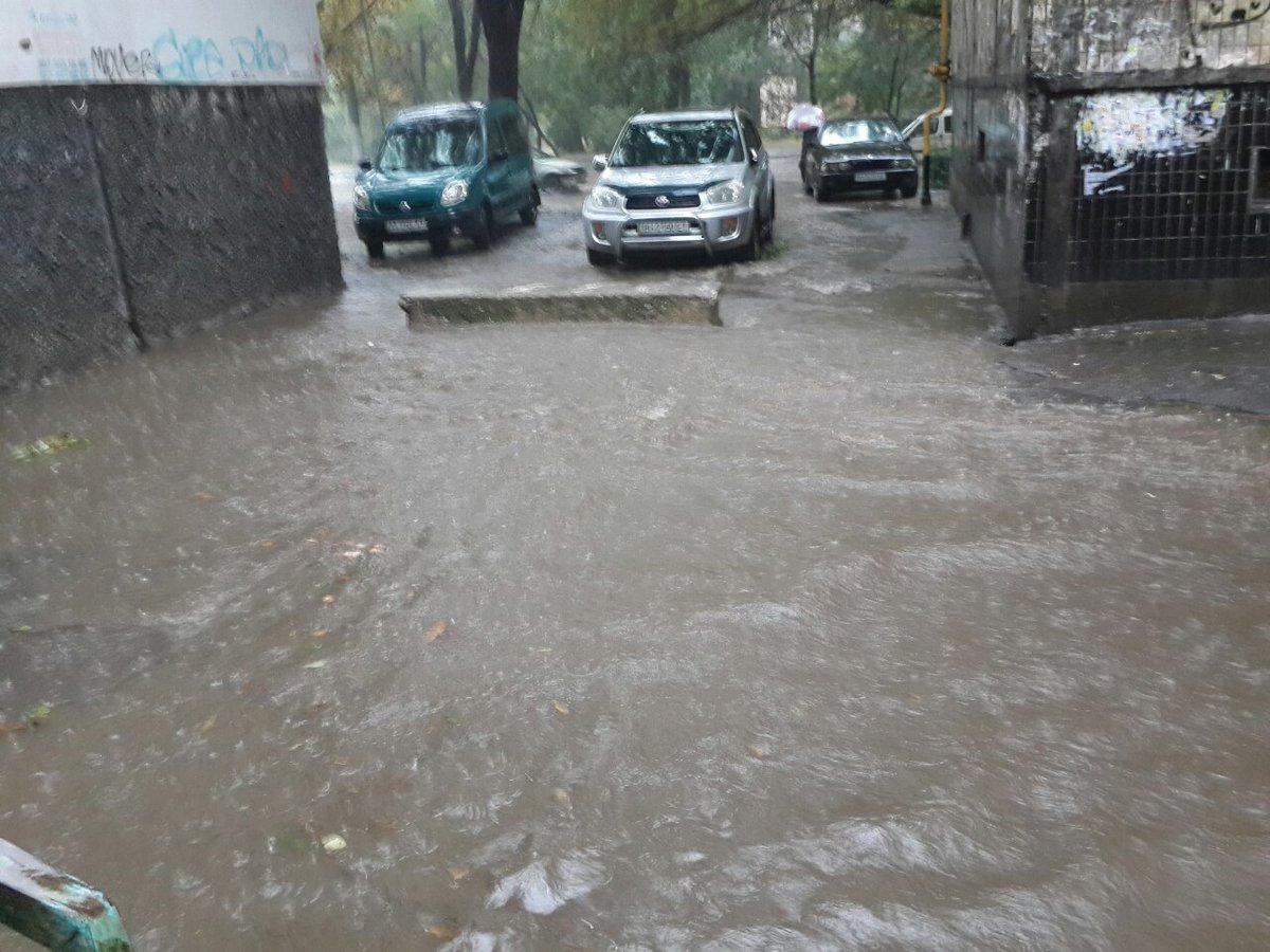 Мощнейший ливень затопил Одессу, город стоит впробках