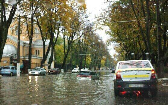 Улицы города затопило водой, движение приостановлено — Потоп вОдессе