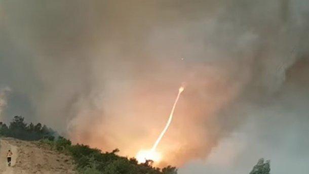 Появилось видео огненного смерча вПортугалии