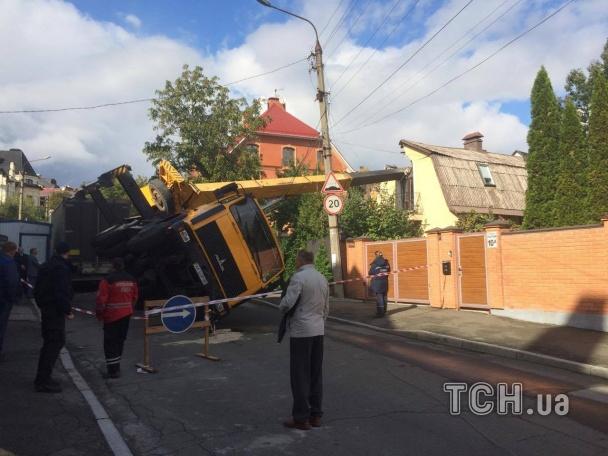 Накрышу дома вцентре украинской столицы упал автокран