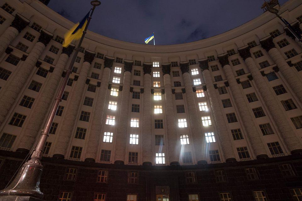 Накануне Дня Независимости окна Кабмина подсветили ввиде тризуба