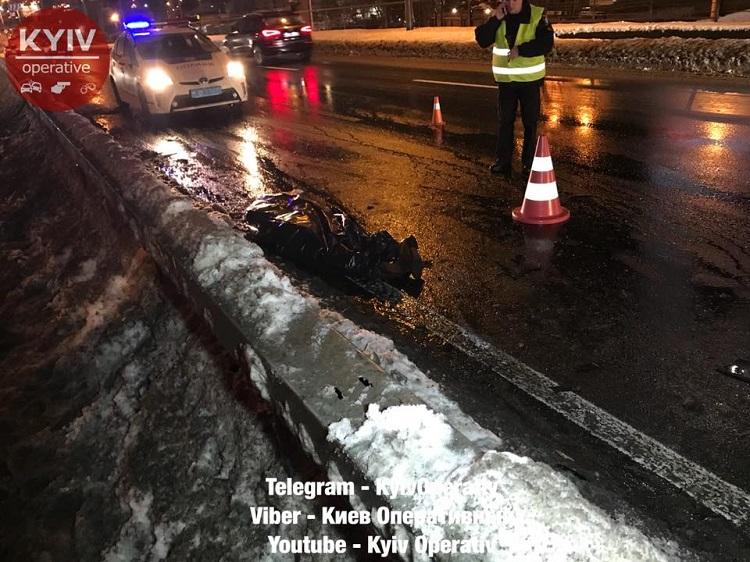 Смертельное ДТП вКиеве: шофёр исчез, бросив погибшего пассажира