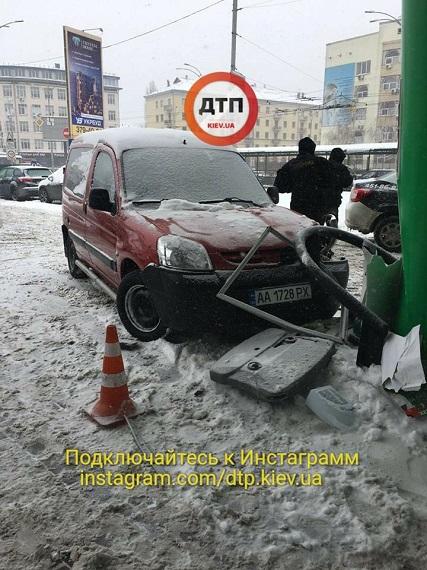 Пьяный водитель в Киеве на скорости въехал в автозаправку: опубликованы фото