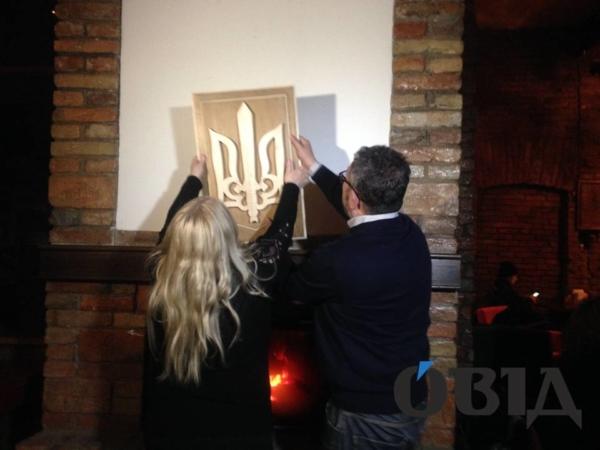 Мать польского студента, который сжег герб Украинского государства, приехала иустановила новый