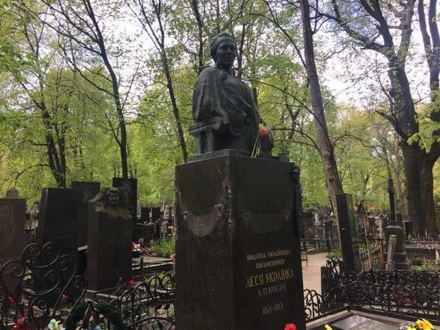 0b98ca3edbe8 В Киеве повредили памятник Лесе Украинке. Фото