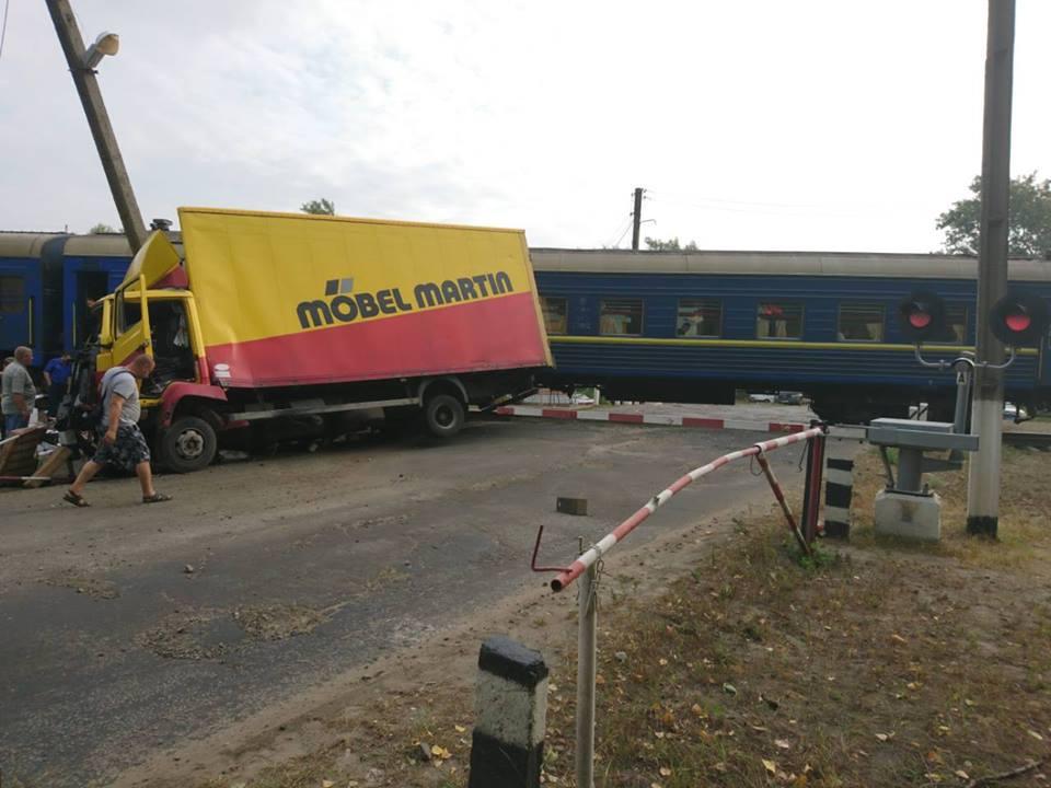 НаЛуганщине поезд протаранил грузовой автомобиль