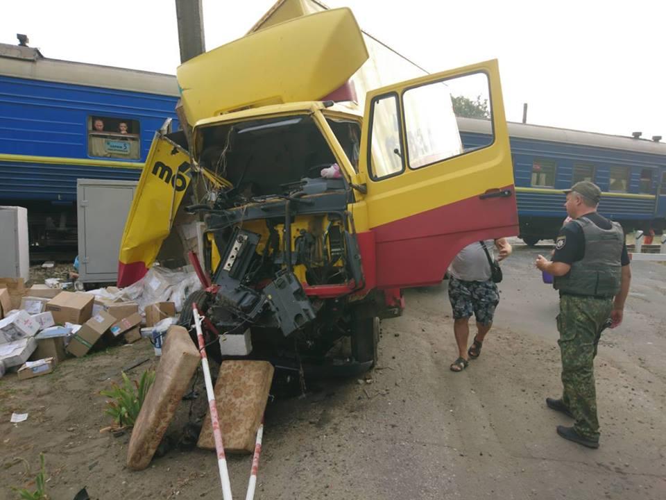НаЛуганщине грузовик столкнулся спассажирским поездом