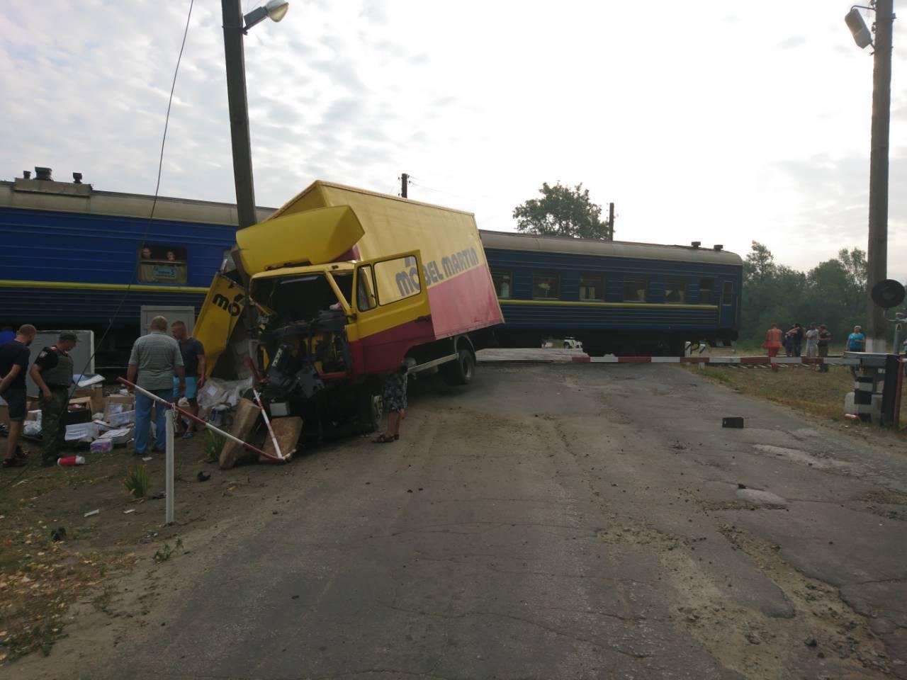 НаЛуганщине грузовой автомобиль столкнулся спассажирским поездом