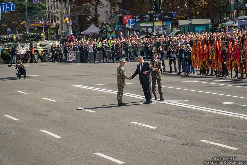 Порошенко присвоил звание Героя Украины двум солдатам АТО, одному изних посмертно