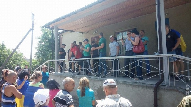 Под Одессой здание суда забросали