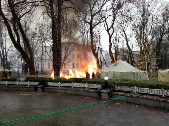 Унаметовому містечку під Верховною Радою сталася пожежа