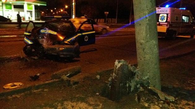 УХаркові службовий автомобіль влетів устовп: Є постраждалі