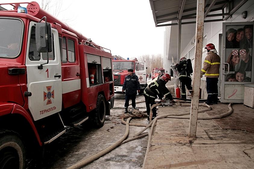 Из-за пожара в коммерческом центре Тернополя эвакуировали 150 человек