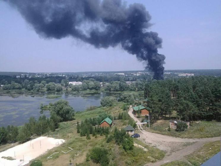 Масштабный пожар наскладах под Харьковом: двое пострадавших
