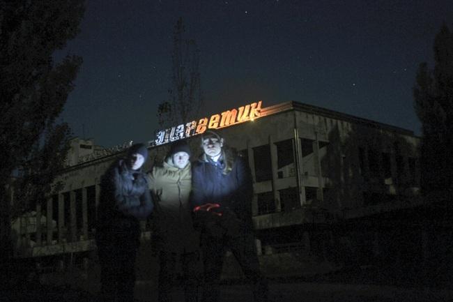 Сталкеры впервый раз зажгли освещение на замке культуры вЧернобыльской зоне