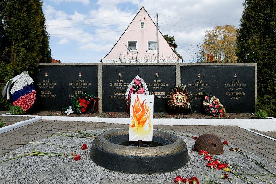 Под Калининградом «зажгли» нарисованный Вечный огонь на воинском мемориале