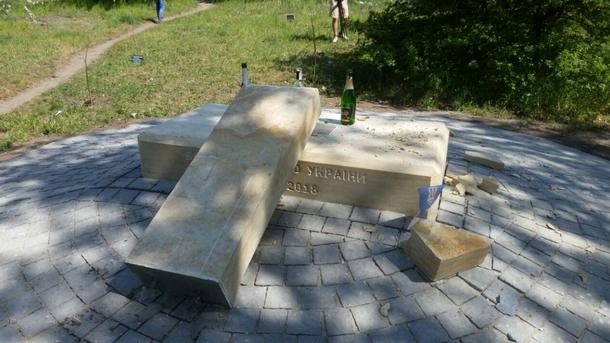 Вандалы разрушили монумент защитникам Украины наХортице