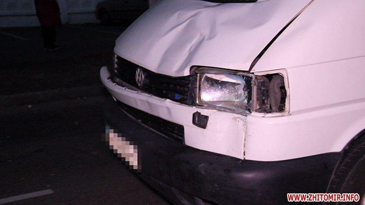 На Прикарпатті мікроавтобус збив 38-річного чоловіка та 8-річного хлопчика