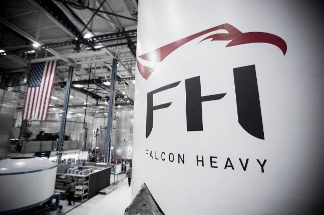 SpaceX впервый раз показала Falcon Heavy