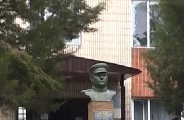 ВУкраинском государстве наСумщине разрушили монумент советскому генералу Ватутину