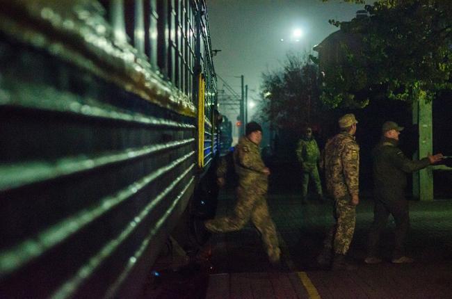 Слезы, цветы и улыбки: появились фото и видео, как под Киевом встречали бойцов ВСУ с горячей точки АТО