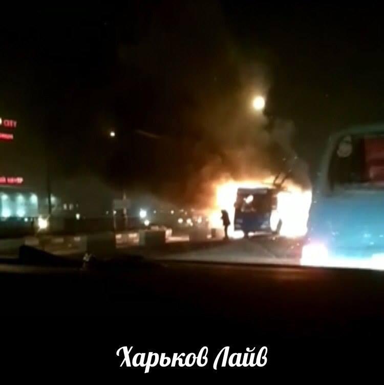 ВХарькове находу вспыхнул троллейбус