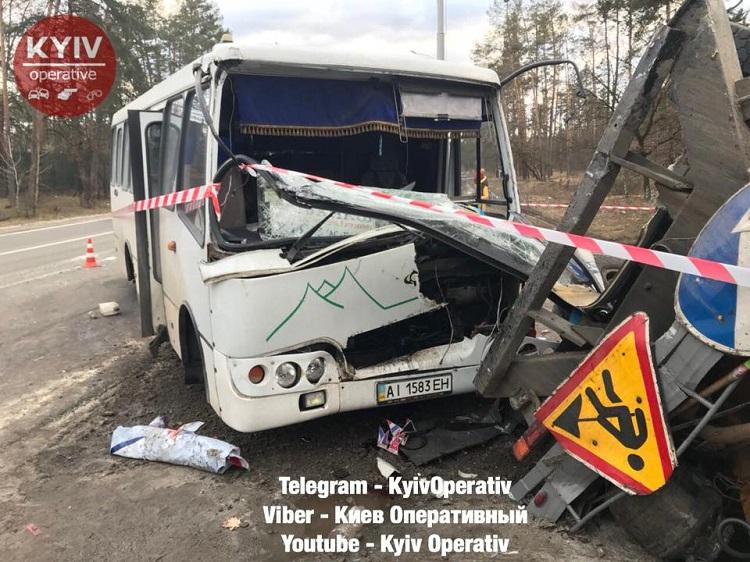 ВКиеве маршрутка врезалась в фургон: 5 пострадавших