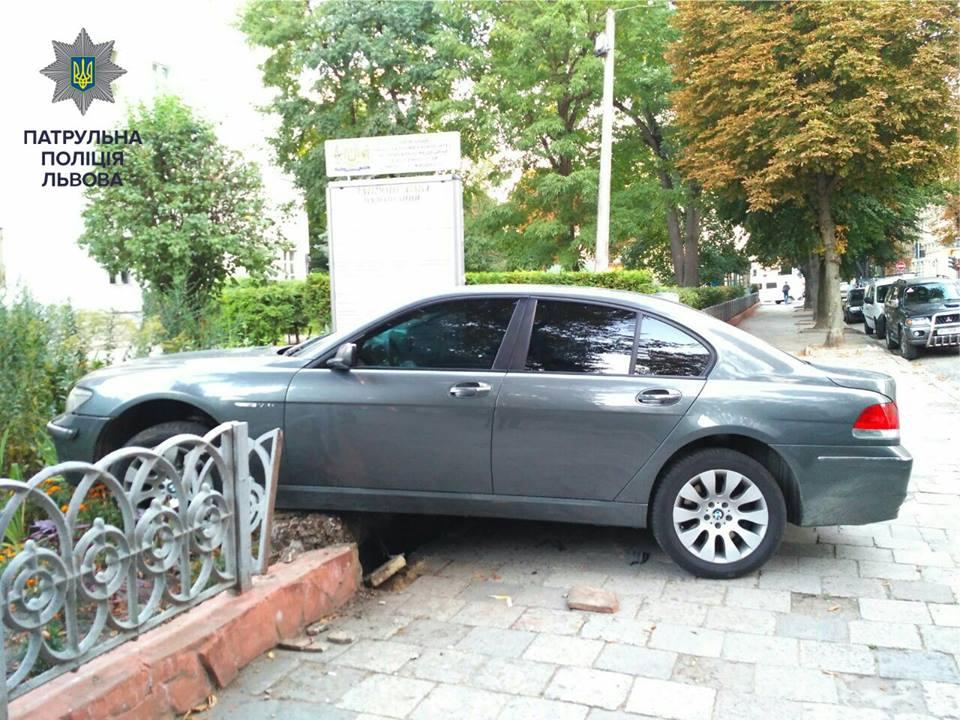 ВоЛьвове нетрезвый шофёр, убегая от милиции, врезался взабор университета