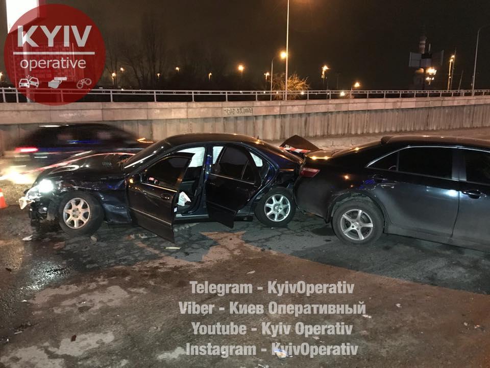 ВКиеве шофёр протаранил шесть авто, скрываясь отполицейских