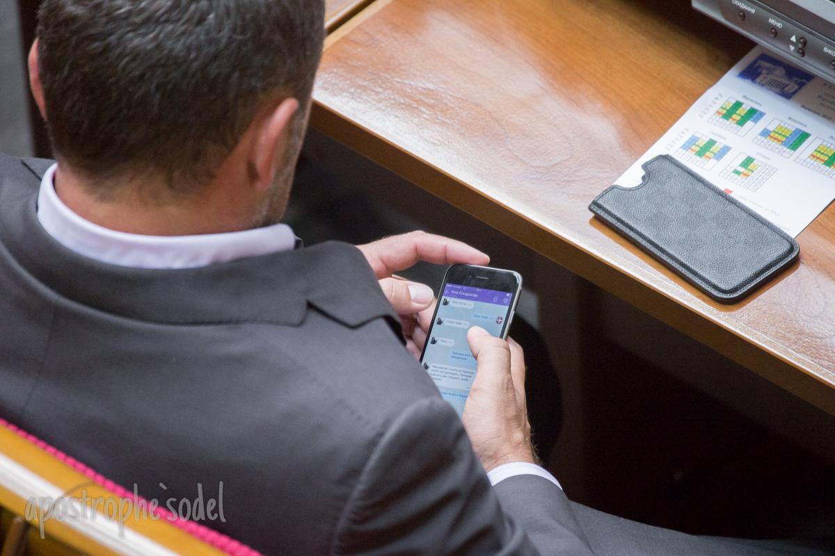 """Депутата з """"Волі народу"""" під час засідання Ради """"застукали"""" за продажем сала - фото 2"""