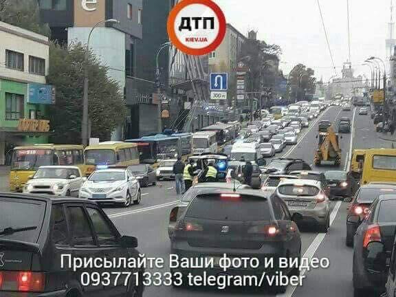 Жуткое ДТП вКиеве: столкнулись три авто, есть пострадавшие